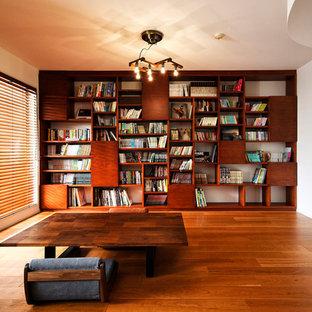 アジアンスタイルのおしゃれなファミリールーム (白い壁、無垢フローリング、茶色い床) の写真