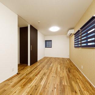 Свежая идея для дизайна: маленькая открытая гостиная комната в стиле модернизм с белыми стенами, паркетным полом среднего тона, коричневым полом, потолком с обоями и обоями на стенах - отличное фото интерьера