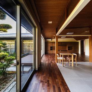 大阪の和風のおしゃれなファミリールーム (白い壁、濃色無垢フローリング、据え置き型テレビ、茶色い床) の写真