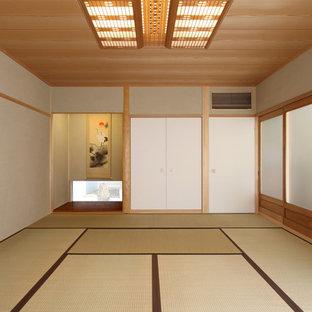 他の地域の和風のおしゃれなファミリールーム (畳、ベージュの壁、茶色い床) の写真