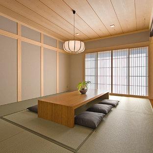 Ispirazione per un soggiorno etnico chiuso con pareti marroni, pavimento in tatami, nessun camino, nessuna TV e pavimento verde