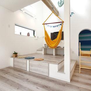 他の地域のコンテンポラリースタイルのおしゃれなオープンリビング (白い壁、合板フローリング、ベージュの床) の写真
