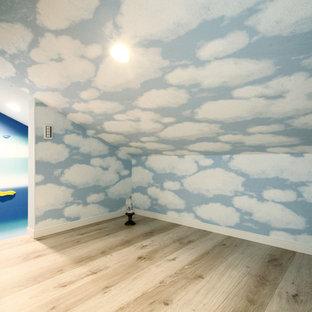 Idee per un soggiorno stile loft con pareti multicolore, pavimento in compensato e pavimento beige