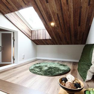他の地域のミッドセンチュリースタイルのおしゃれなファミリールーム (白い壁、合板フローリング、ベージュの床) の写真