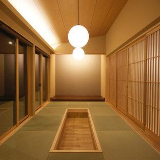 他の地域の和風のおしゃれなファミリールーム (茶色い壁、畳、緑の床) の写真