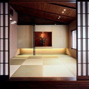 Réalisation d'une salle de séjour asiatique avec un sol de tatami et un sol vert.