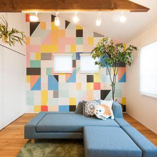 他の地域の北欧スタイルのおしゃれなファミリールーム (マルチカラーの壁、無垢フローリング、茶色い床) の写真