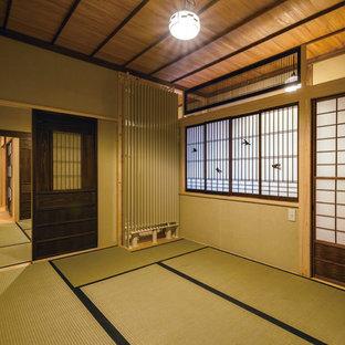 他の地域, の和風のおしゃれなファミリールーム (茶色い壁、畳、緑の床) の写真