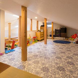 他の地域の小さい北欧スタイルのおしゃれなロフトリビング (ゲームルーム、白い壁、リノリウムの床、暖炉なし、テレビなし、白い床) の写真
