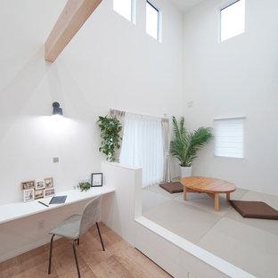 他の地域の北欧スタイルのおしゃれなファミリールーム (白い壁、据え置き型テレビ、畳、グレーの床) の写真