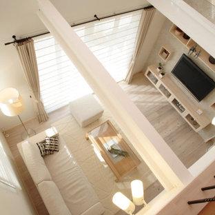 Große, Offene Moderne Bibliothek mit weißer Wandfarbe, hellem Holzboden, Wand-TV, weißem Boden, Holzdecke und Tapetenwänden in Sonstige