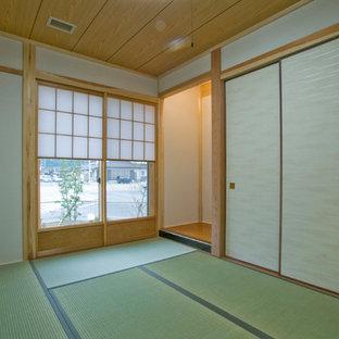 Immagine di un soggiorno etnico chiuso con pareti beige e pavimento in tatami