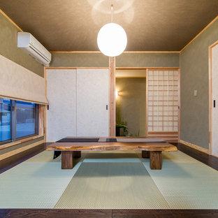 Cette image montre une petit salle de séjour asiatique avec un mur vert, un sol de tatami et un sol vert.
