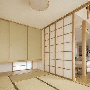 他の地域の和風のおしゃれなファミリールーム (白い壁、畳、暖炉なし、テレビなし、緑の床) の写真