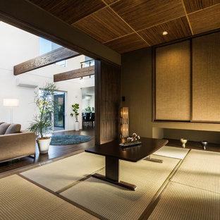 和風のおしゃれなファミリールーム (グレーの壁、畳、緑の床) の写真