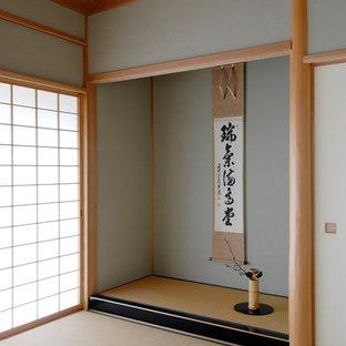 Exemple d'une salle de séjour asiatique de taille moyenne avec un sol de tatami et un sol vert.