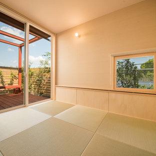 他の地域のアジアンスタイルのおしゃれなファミリールーム (ベージュの壁、畳、茶色い床) の写真