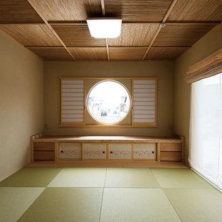 Réalisation d'une salle de séjour asiatique avec un mur marron, un sol de tatami et un sol vert.