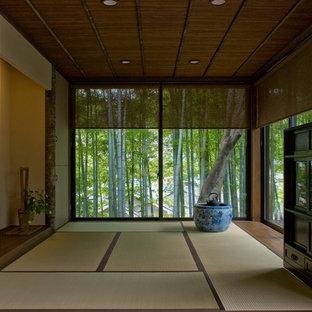 他の地域の中サイズの和風のおしゃれなファミリールーム (畳、緑の床) の写真