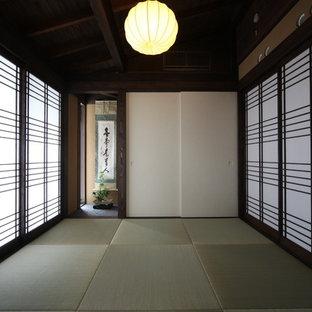 Idee per un soggiorno etnico di medie dimensioni e chiuso con libreria, pareti beige, pavimento in tatami, nessuna TV e pavimento verde