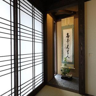 Esempio di un soggiorno etnico di medie dimensioni e chiuso con libreria, pareti beige, pavimento in tatami, nessuna TV e pavimento verde
