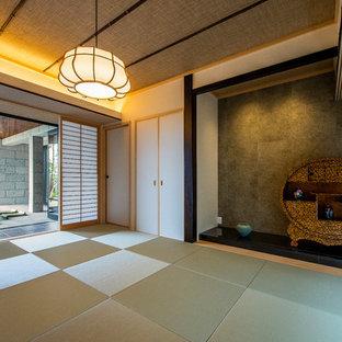 神戸の和風のおしゃれなファミリールーム (白い壁、畳、緑の床) の写真