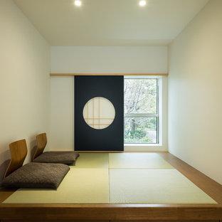 Asiatisches Wohnzimmer mit weißer Wandfarbe, Tatami-Boden und grünem Boden in Tokio