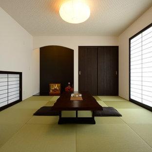 Cette photo montre une salle de séjour asiatique de taille moyenne et fermée avec un mur blanc, aucune cheminée, aucun téléviseur et un sol de tatami.
