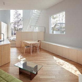 他の地域のコンテンポラリースタイルのおしゃれなオープンリビング (グレーの壁、淡色無垢フローリング、茶色い床) の写真