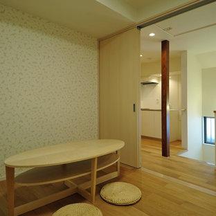 東京23区の中くらいのコンテンポラリースタイルのおしゃれな独立型ファミリールーム (ライブラリー、マルチカラーの壁、無垢フローリング、暖炉なし、テレビなし、茶色い床) の写真