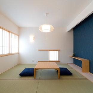 Exemple d'une salle de séjour asiatique avec un mur bleu, un sol de tatami et un sol vert.