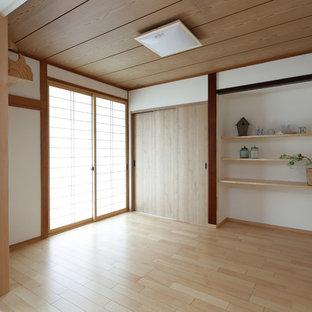 他の地域のアジアンスタイルのおしゃれなファミリールーム (白い壁、淡色無垢フローリング、茶色い床) の写真