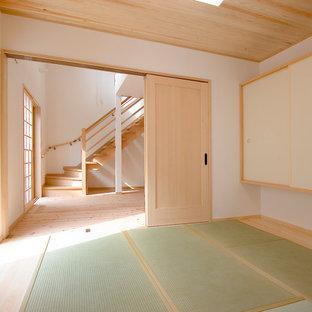 他の地域の和風のおしゃれな独立型ファミリールーム (白い壁、畳、緑の床) の写真