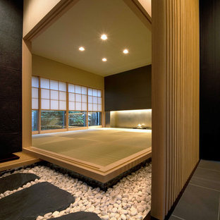 Diseño de sala de estar cerrada, de estilo zen, de tamaño medio, sin chimenea y televisor, con paredes negras