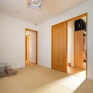 Aménagement d'une salle de séjour éclectique fermée avec un mur blanc, un sol de tatami et un sol blanc.