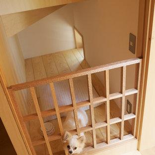 Diseño de sala de estar de estilo zen, pequeña, sin televisor, con paredes blancas y suelo de madera clara