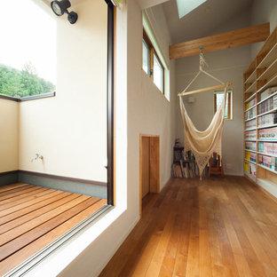 日本 京都のモダンスタイルのサンルームの写真 (天窓あり、無垢フローリング、茶色い床)
