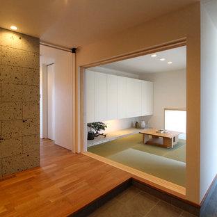 他の地域の和風のおしゃれなファミリールーム (白い壁、畳、緑の床) の写真
