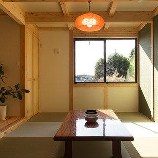 他の地域の和風のおしゃれなファミリールーム (マルチカラーの壁、畳、緑の床) の写真