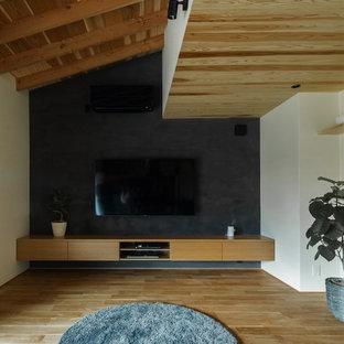 他の地域の中くらいの和風のおしゃれなオープンリビング (ベージュの壁、無垢フローリング、暖炉なし、壁掛け型テレビ、ベージュの床) の写真