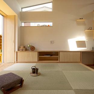Immagine di un soggiorno minimalista aperto con pareti bianche, pavimento in tatami e pavimento verde