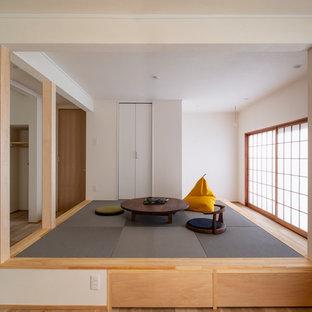 Foto de sala de estar abierta, asiática, pequeña, con paredes blancas, tatami y suelo gris