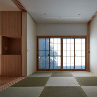 中サイズの和風のおしゃれな独立型ファミリールーム (白い壁、壁掛け型テレビ、畳、緑の床) の写真