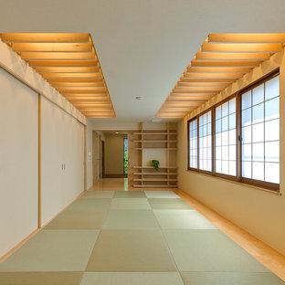 Immagine di un soggiorno etnico con pareti beige, pavimento in tatami e pavimento verde