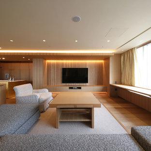東京都下のモダンスタイルのおしゃれなファミリールーム (茶色い壁、無垢フローリング、壁掛け型テレビ、茶色い床、暖炉なし) の写真