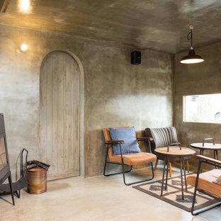 京都のラスティックスタイルのおしゃれなファミリールーム (グレーの壁、薪ストーブ、グレーの床) の写真