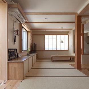 東京23区のアジアンスタイルのおしゃれなファミリールーム (白い壁、畳、据え置き型テレビ、緑の床) の写真