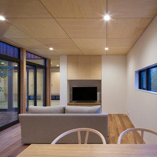 大阪の和風のおしゃれなファミリールーム (白い壁、無垢フローリング、据え置き型テレビ、茶色い床) の写真