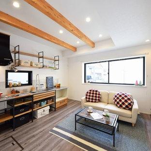 他の地域の小さいインダストリアルスタイルのおしゃれなファミリールーム (白い壁、グレーの床) の写真
