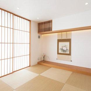 東京23区のアジアンスタイルのファミリールームの画像 (マルチカラーの壁、畳、暖炉なし、テレビなし、独立型、ベージュの床)